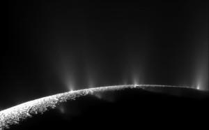 1. Geysirer av vanndamp og is på Enceladus sørpol